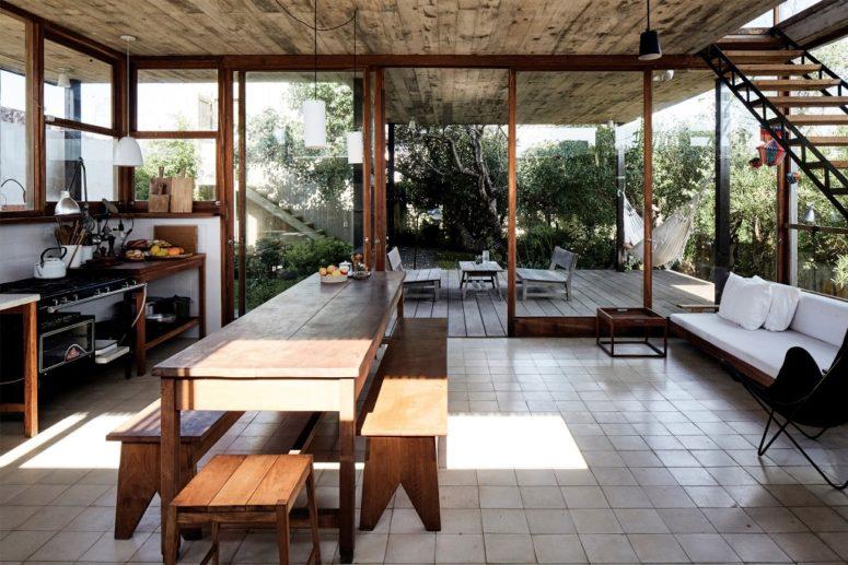 La cuisine est entièrement vitrée et se sent intérieur-extérieur grâce à son design et peu de meubles