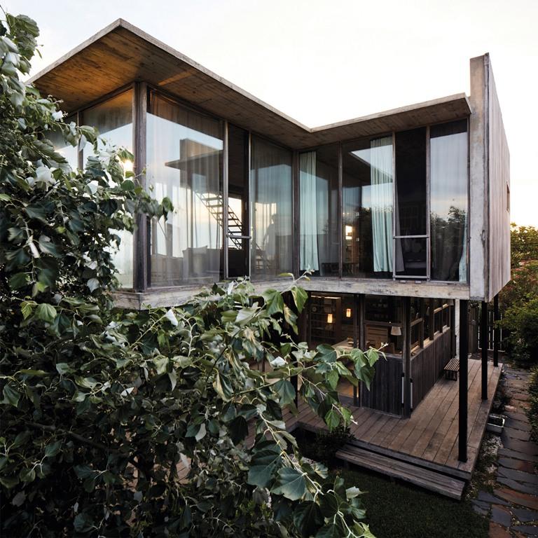 La maison présente beaucoup de bois et de béton patinés, et elle s'ouvre sur l'extérieur