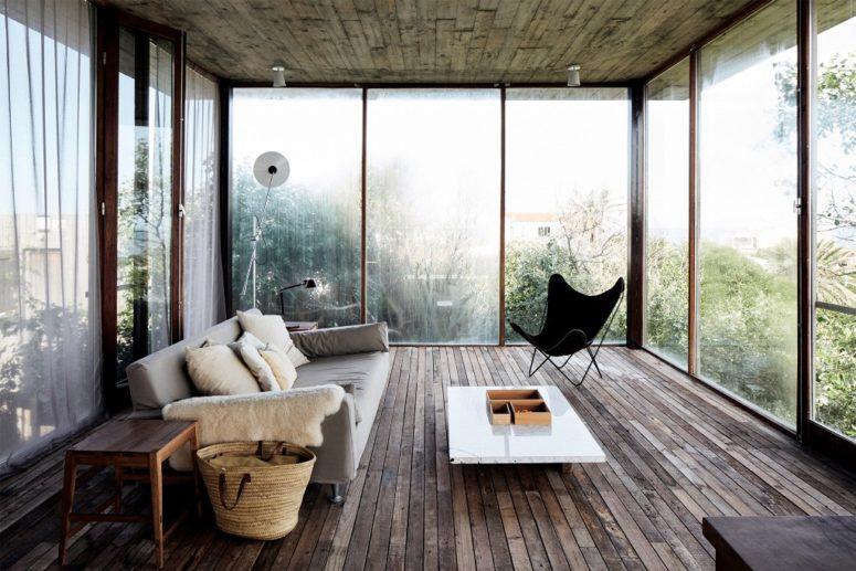 Le deuxième salon offre une vue imprenable et un mobilier moderne chic