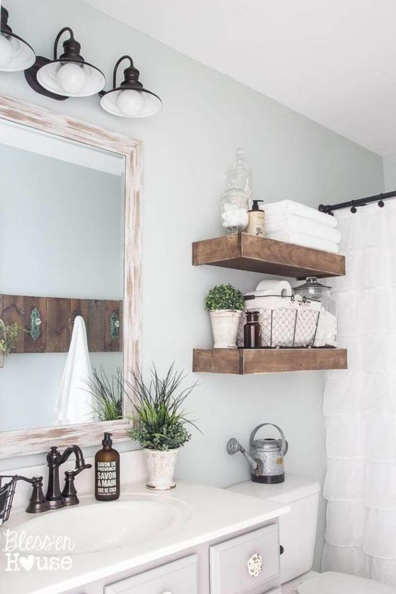 Un miroir de salle de bain rustique et une conception d'étagère