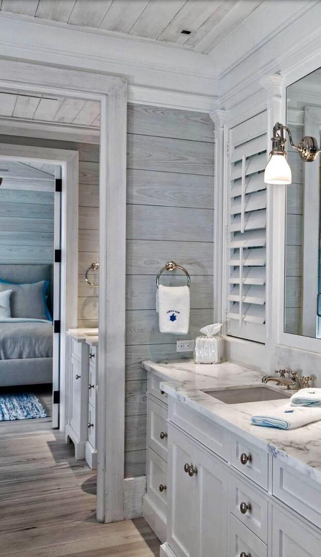Une salle de bain inspirée du bois avec des luminaires en bronze