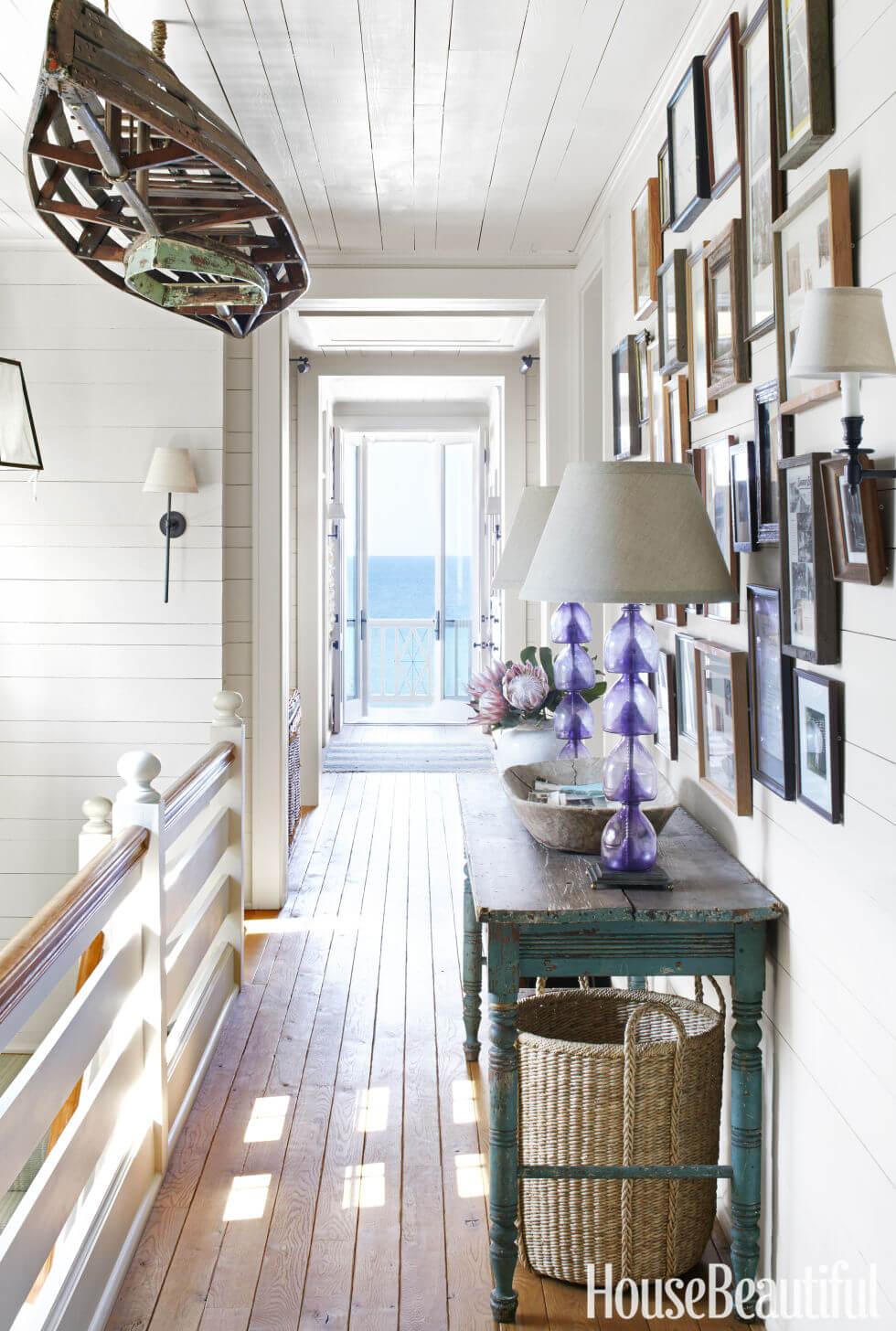 Un couloir inspiré de la promenade menant à un balcon