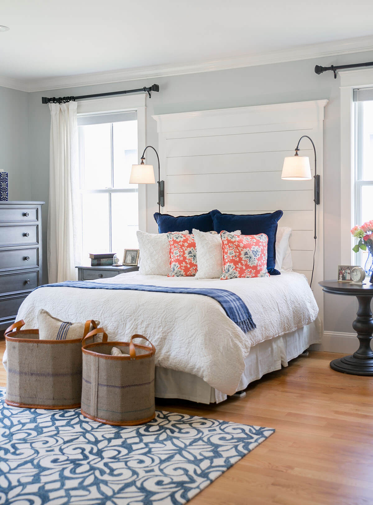 Une chambre pittoresque avec des oreillers lumineux
