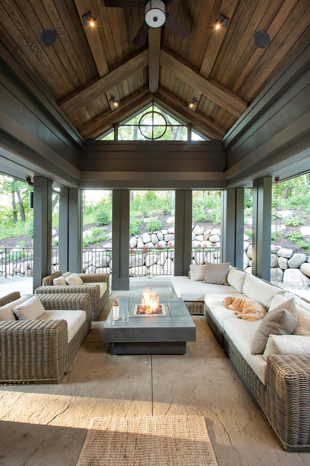 Salon ouvert avec une table de foyer