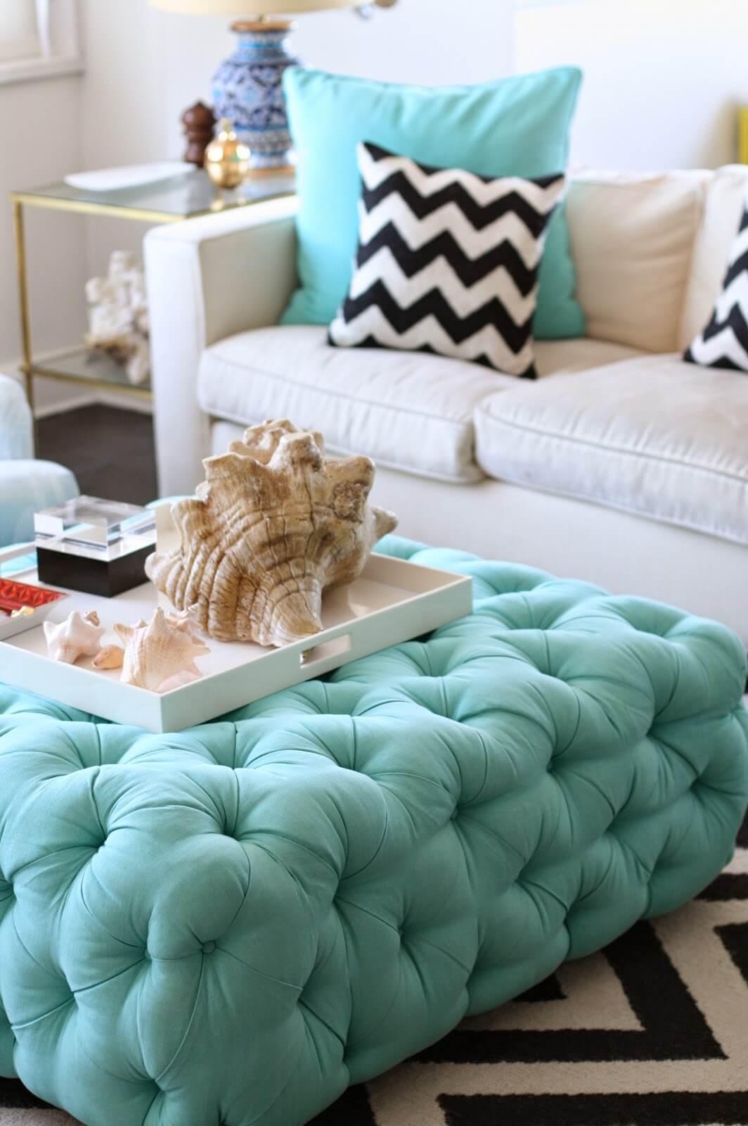 Pouf turquoise dans un espace de vie inspiré des coquillages