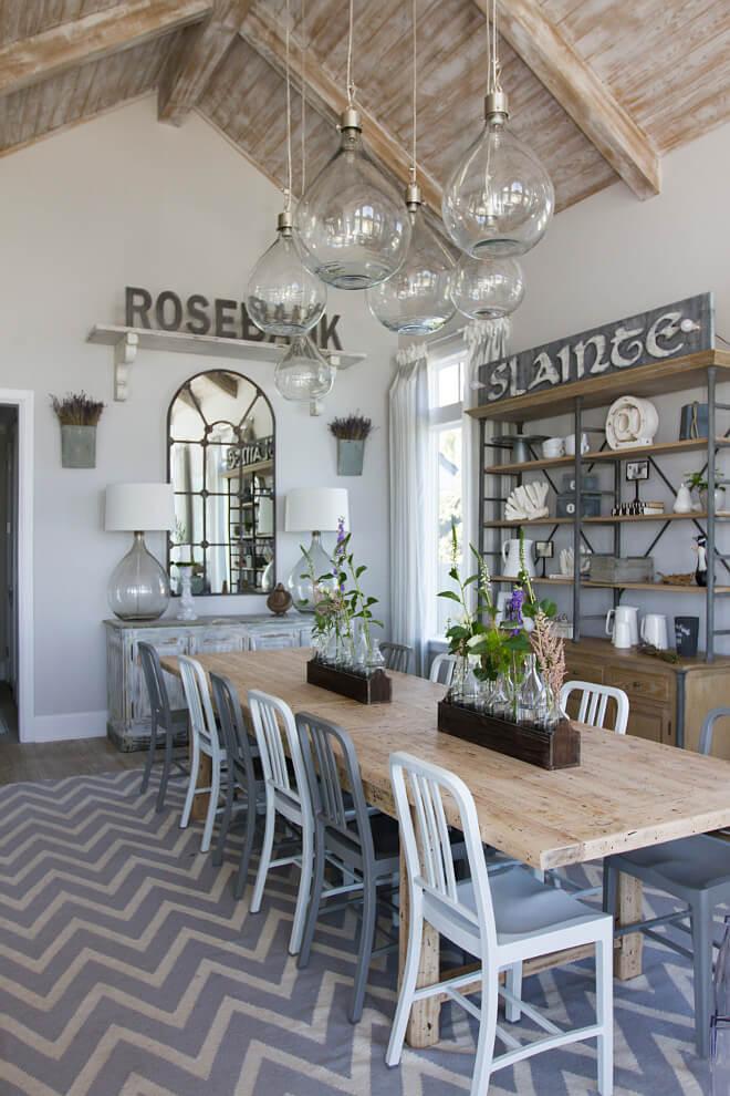 Une longue table à manger dans une salle rustique
