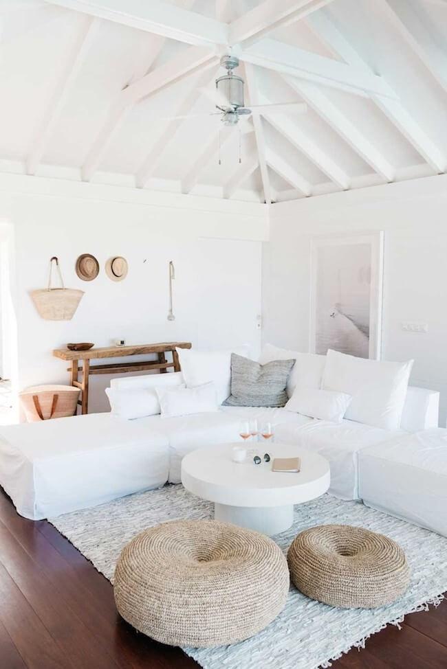 Un espace de vie blanc et un ventilateur de plafond