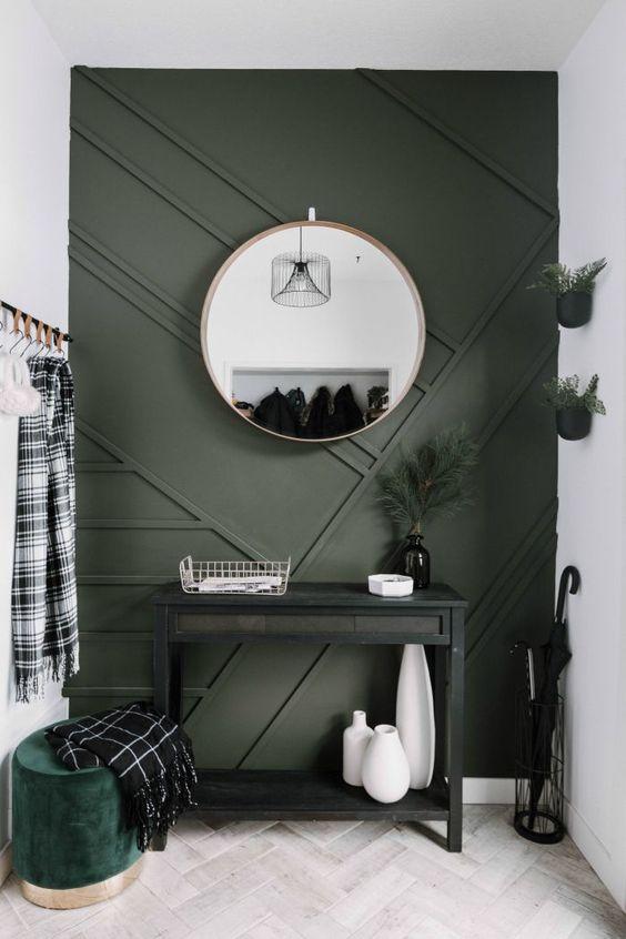 une petite entrée moderne avec un mur lambrissé gris graphite et un pouf assorti pour un look chic