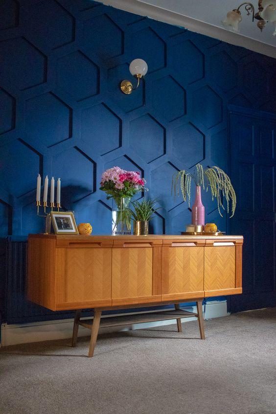 un mur de déclaration à panneaux en nid d'abeille bleu super audacieux apporte à la fois couleur et motif à l'espace pour épater