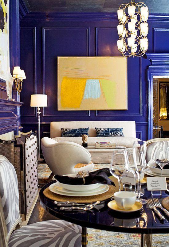 un salon super audacieux, fantaisiste et luxueux avec des murs à panneaux bleus audacieux qui font une déclaration de couleur à la fois