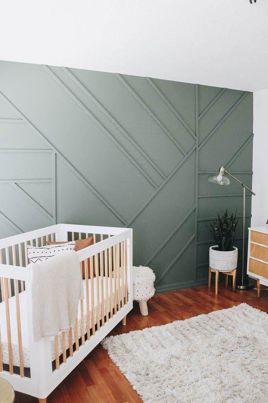 une chambre d'enfant boho rustique accueillante avec un mur lambrissé vert pour une déclaration chic et élégante avec une touche de couleur naturelle