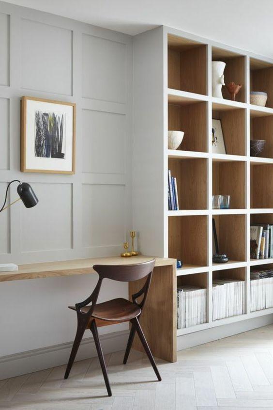faire un mur neutre habituel chic et accrocheur avec des lambris comme ici et il fera écho avec des étagères intégrées