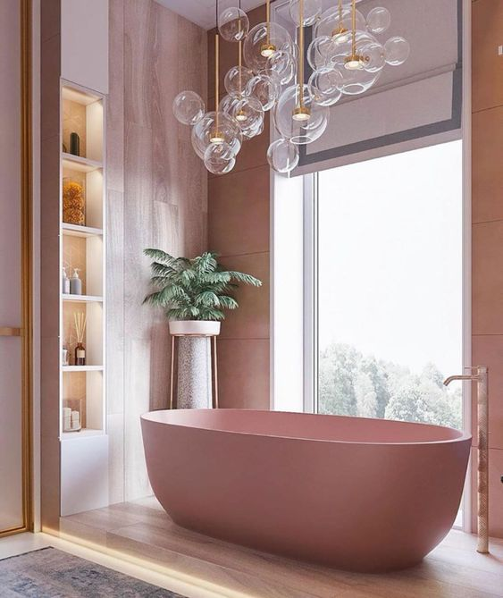 une salle de bain fraîche avec des murs en contreplaqué rose, une baignoire rose, des étagères encastrées éclairées et beaucoup de lumières à bulles au-dessus de la baignoire
