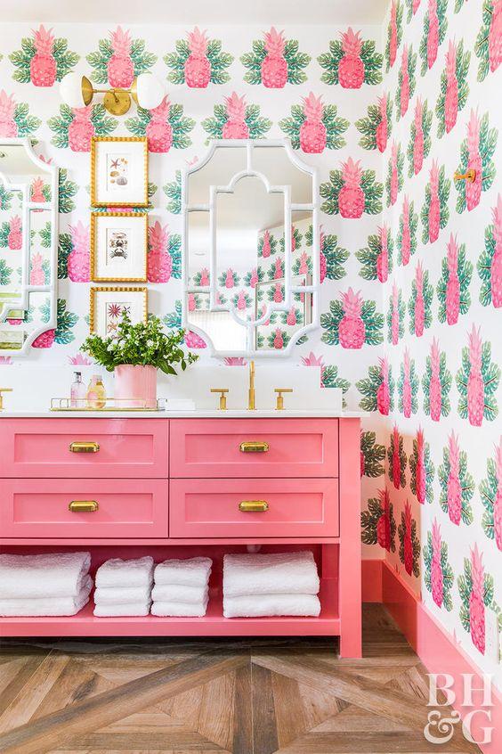 conception de salle de bain d'inspiration tropicale dans des tons roses