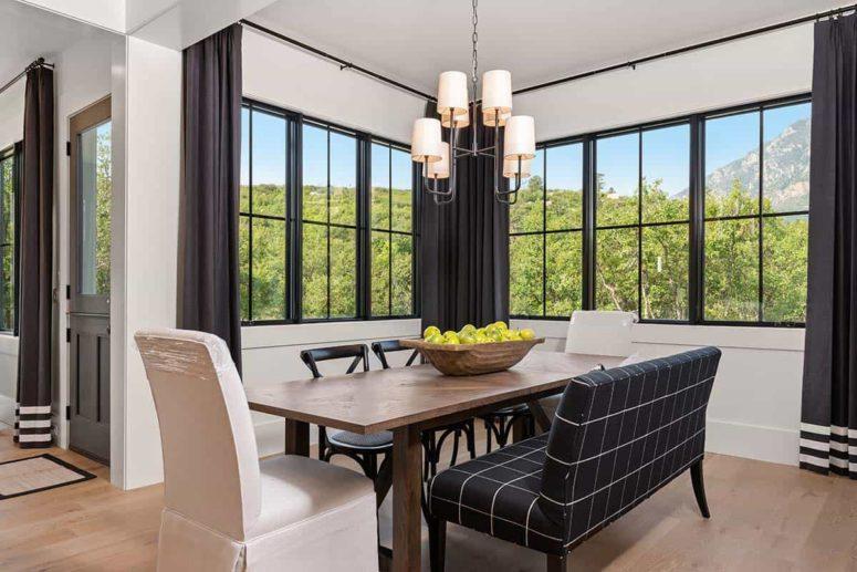 La salle à manger est très confortable et chaleureuse et est créée pour profiter à la fois de la nourriture et des vues