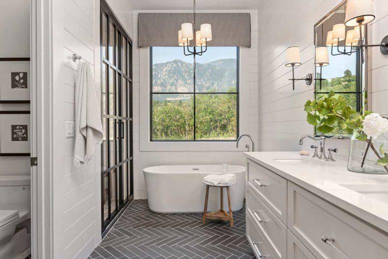 L'espace de la baignoire profite au maximum des vues incroyables