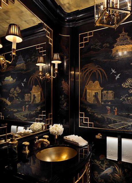 une salle de bain noir et or super raffinée et chic avec une œuvre d'art exquise, des lampes et des lustres chics, un évier et des luminaires en or
