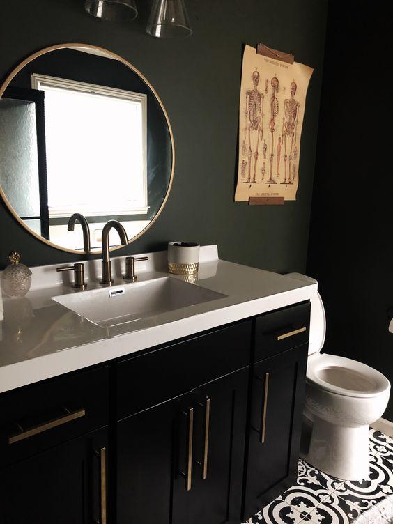 une salle de bain élégante et de mauvaise humeur avec des murs noirs mats, une vanité noire, un comptoir en pierre blanche et des œuvres d'art accrocheuses