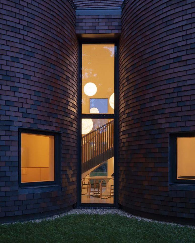 De hautes fenêtres remplissent les espaces de lumière naturelle et permettent des vues