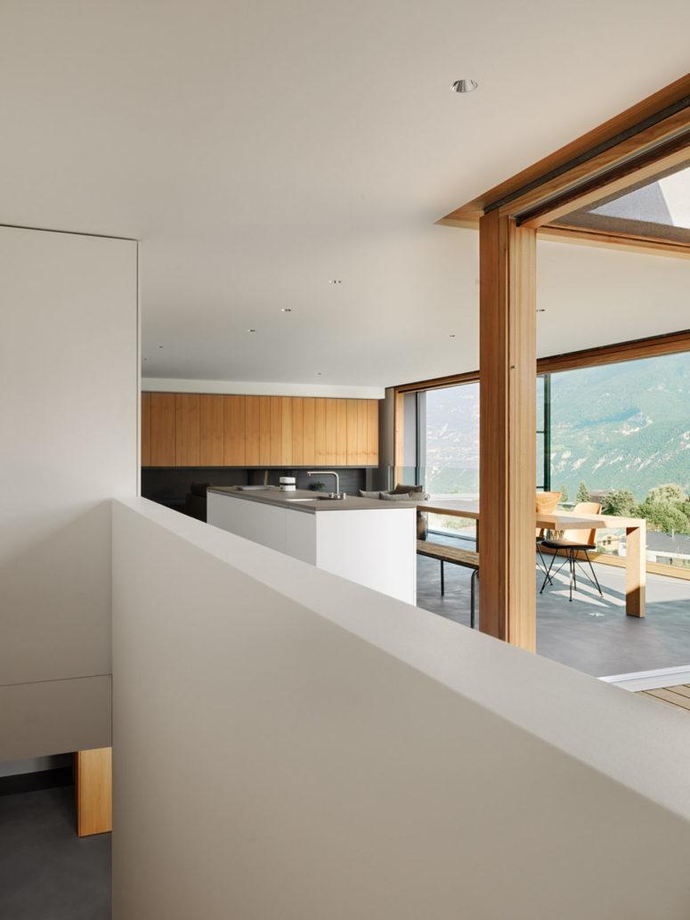 Les intérieurs sont réalisés dans un style minimaliste poursuivant l'esthétique extérieure et le décor est très simple et laconique