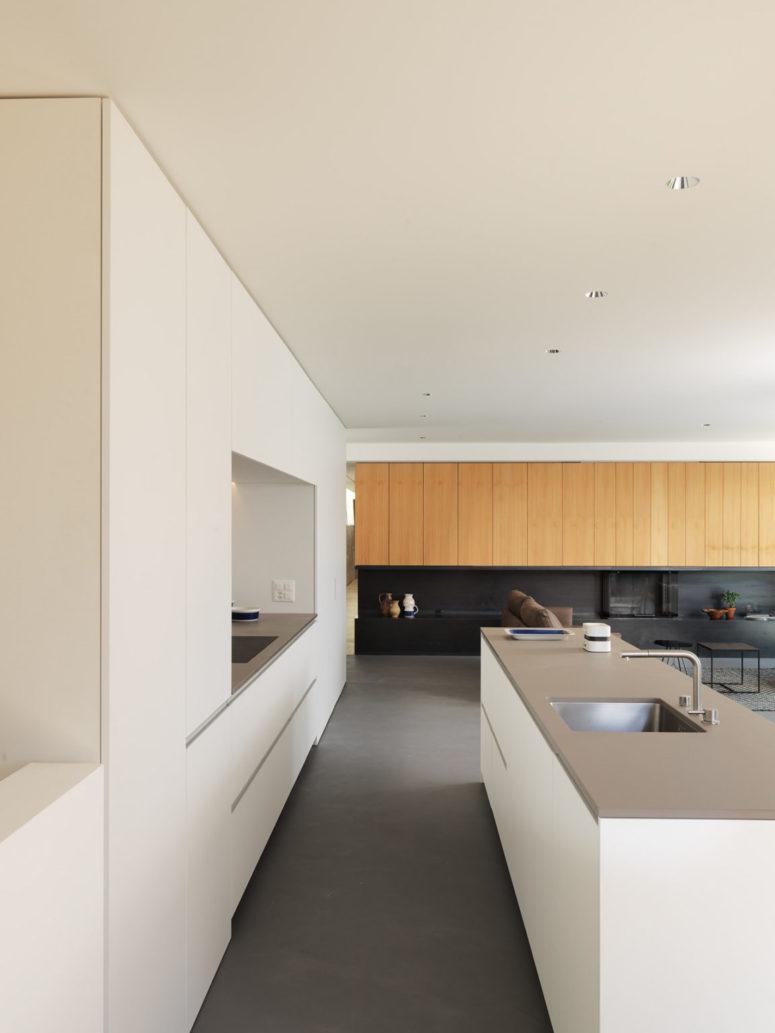 La palette de couleurs est neutre - gris et blanc, avec l'ajout de noir pour le drame et de bois naturel de couleur claire pour un toucher doux