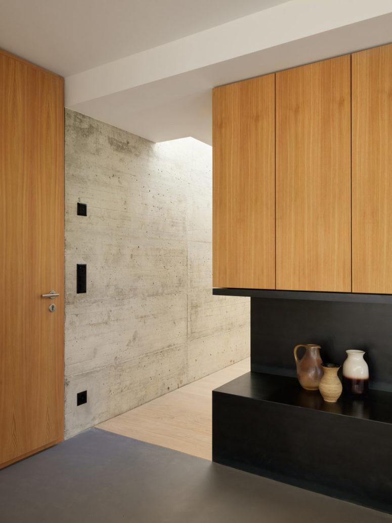 Le béton qui a été utilisé pour la décoration extérieure est également utilisé à l'intérieur et qui lie les espaces