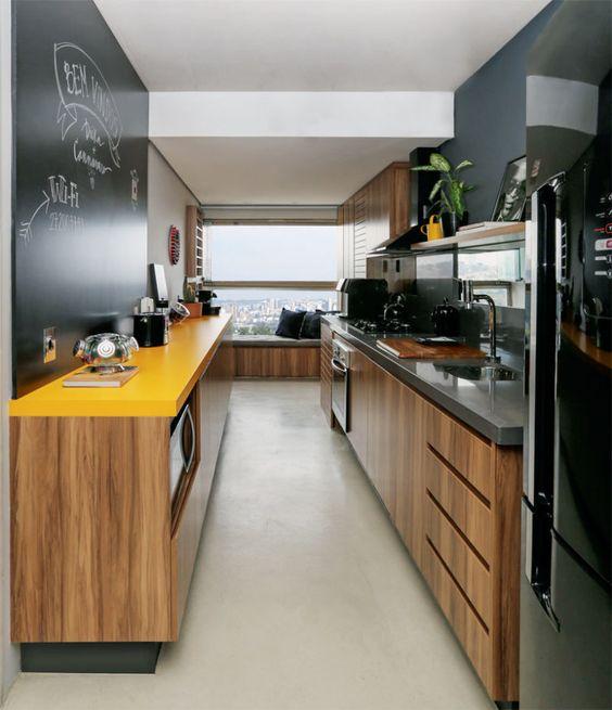 une cuisine contemporaine noire et jaune adoucie avec des armoires en MDF de couleur claire et avec des appareils noirs