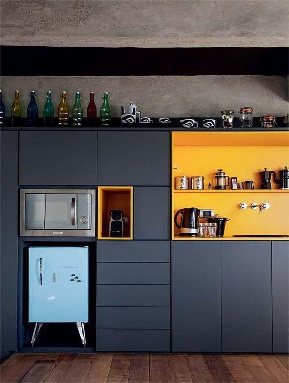 un design de cuisine super élégant et fonctionnel en noir et jaune