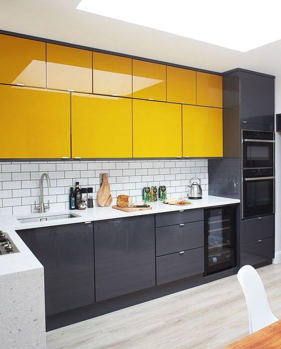 une cuisine minimaliste avec des armoires inférieures noires et des armoires supérieures jaune vif ainsi que des comptoirs blancs est finalement audacieuse