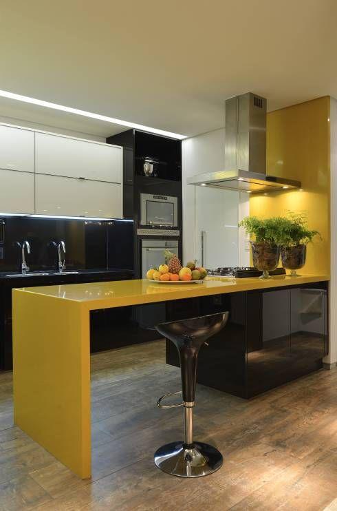 une cuisine minimaliste en jaune et noir audacieux, avec des surfaces brillantes et beaucoup de lumières ici et là