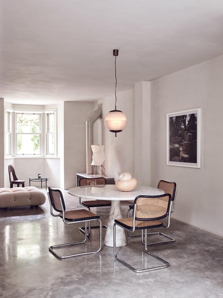 Les chaises en osier sont parfaites pour une touche rustique sur une cuisine contemporaine