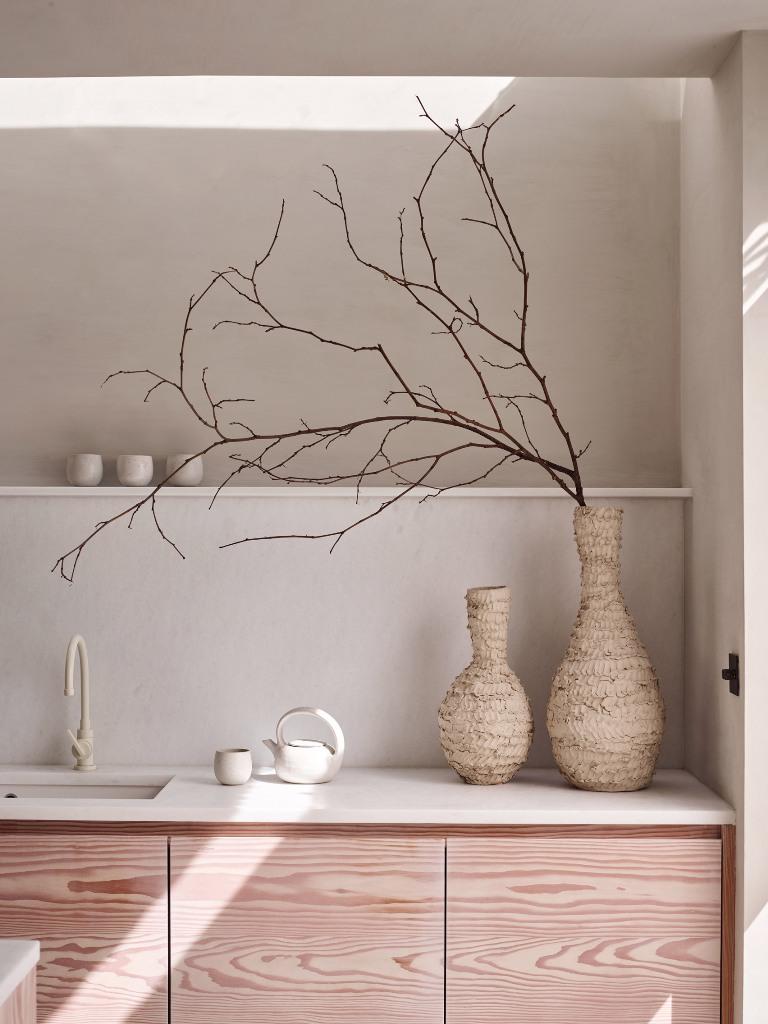 Les intérieurs sont rendus intéressants avec des textures et des formes car la palette de couleurs est assez neutre et naturelle