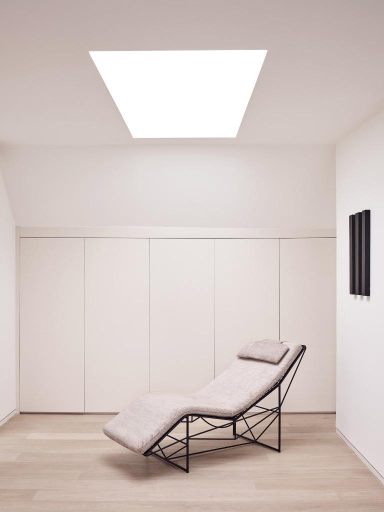 J'adore ce coin minimaliste qui offre beaucoup d'espace de rangement et une lucarne avec une chaise longue - tellement cool à lire ici