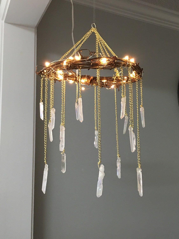 Pierres blanches pendantes d'un lustre en or