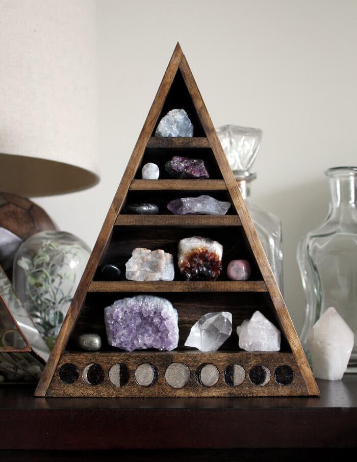 Pyramide de pierres en bois