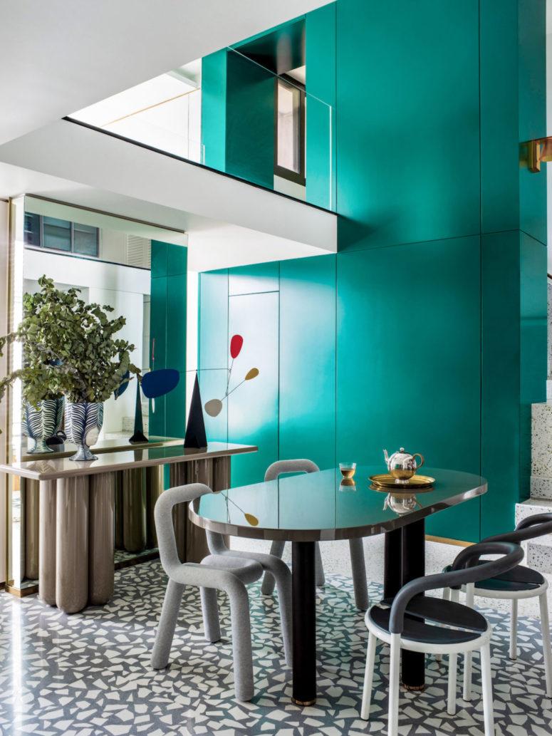 L'espace salle à manger est innovant en raison des pièces qui sont utilisées pour le meubler - ce sont des pièces audacieuses
