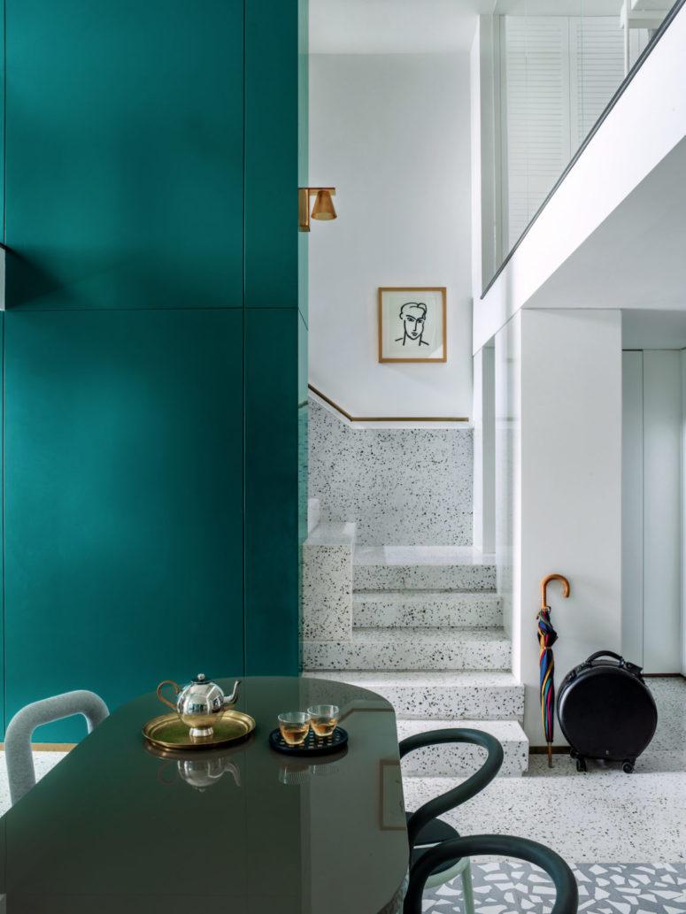 Le designer a utilisé de nombreux matériaux accrocheurs et intéressants dans toute sa maison pour la rendre wow