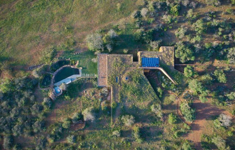 La maison montre un grand respect envers son environnement naturel, profitant de cette beauté