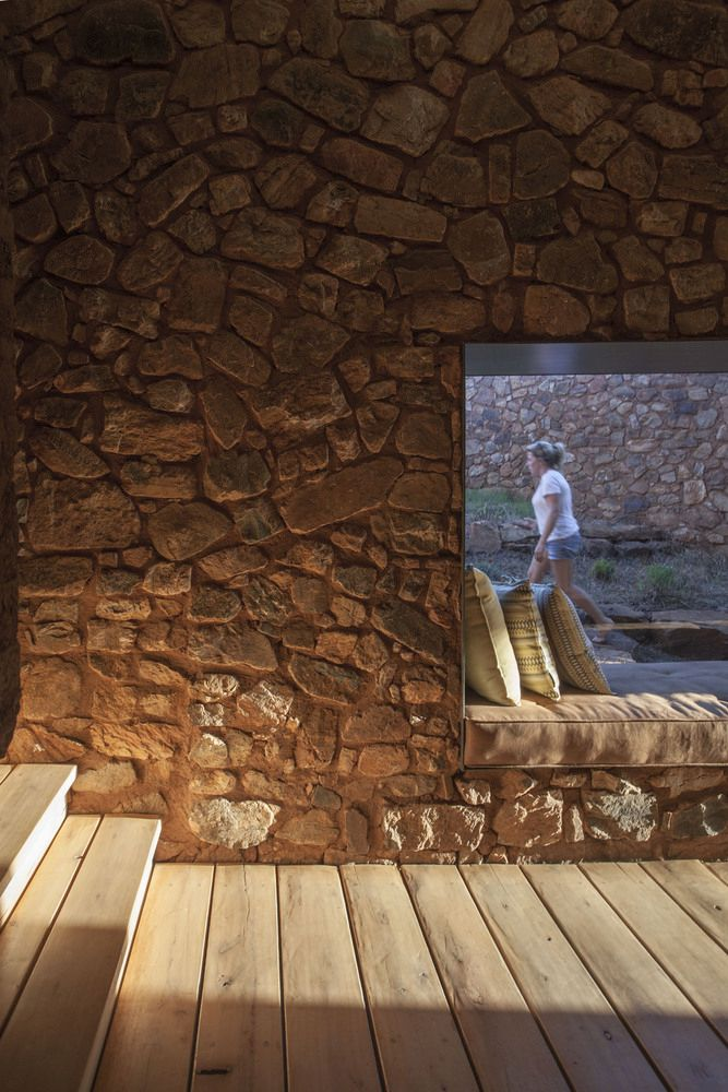 Les murs ont été faits épais pour réguler la température à l'intérieur de la maison tout au long de l'année