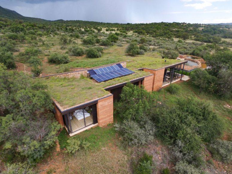 Il y a des panneaux photovoltaïques sur le toit et ils fournissent de l'énergie à la maison