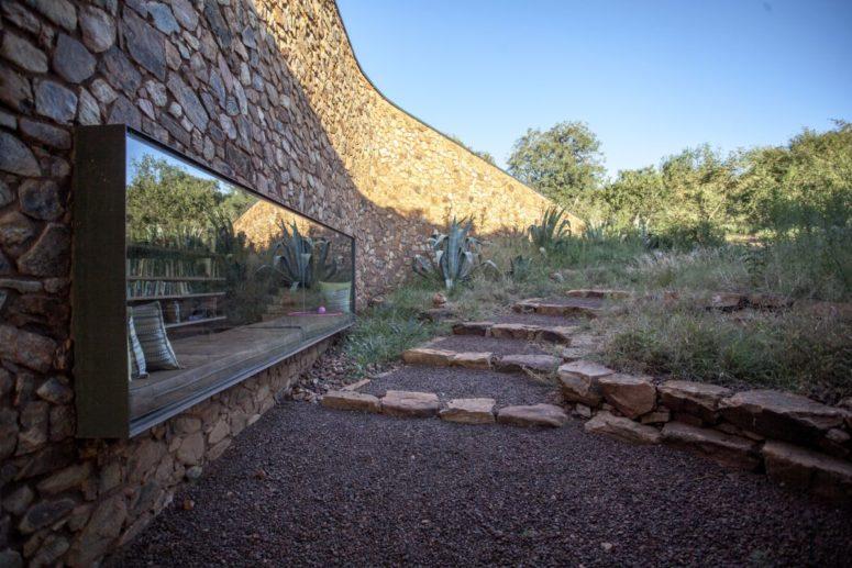L'ouse présente des murs en pierre et des murs en pisé