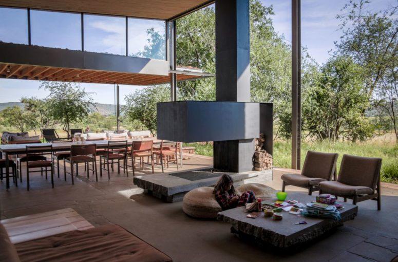 un open space avec de grandes fenêtres