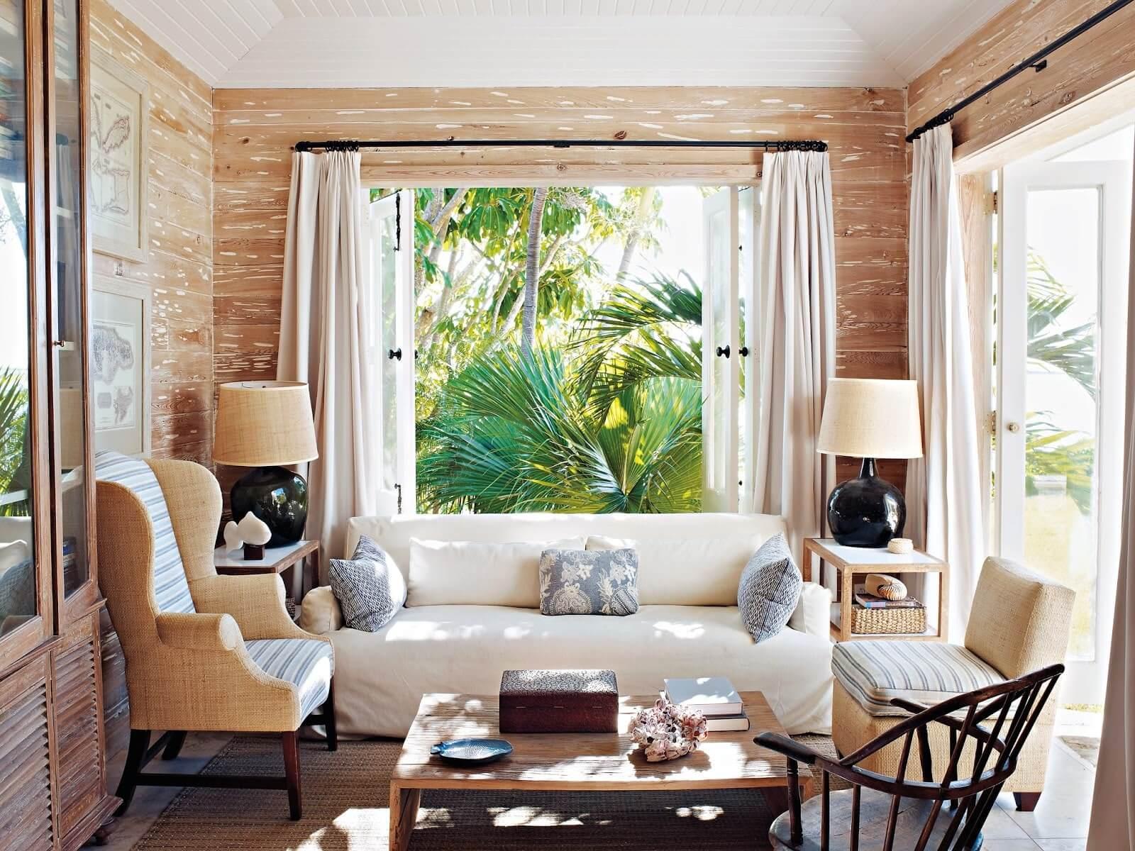 Salon raffiné avec grandes fenêtres ouvertes