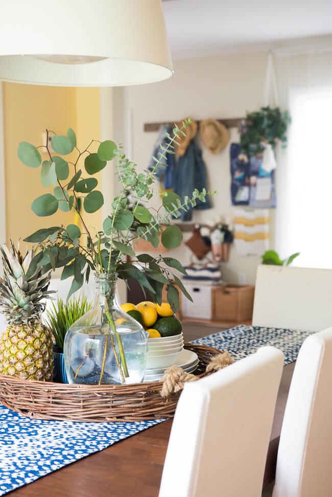Centre de table accueillant avec eucalyptus et citrons