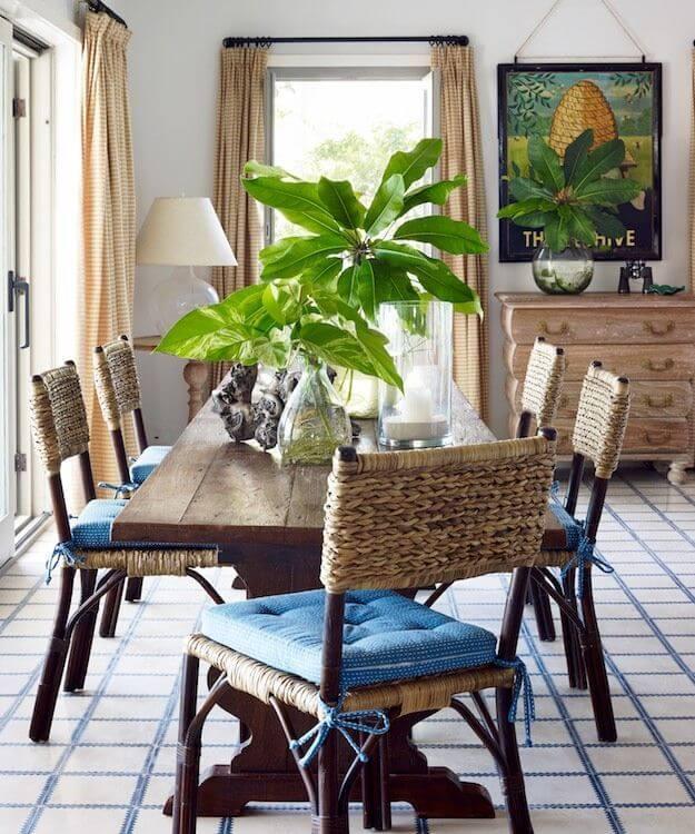 Chaises tissées confortables et plantes dramatiques