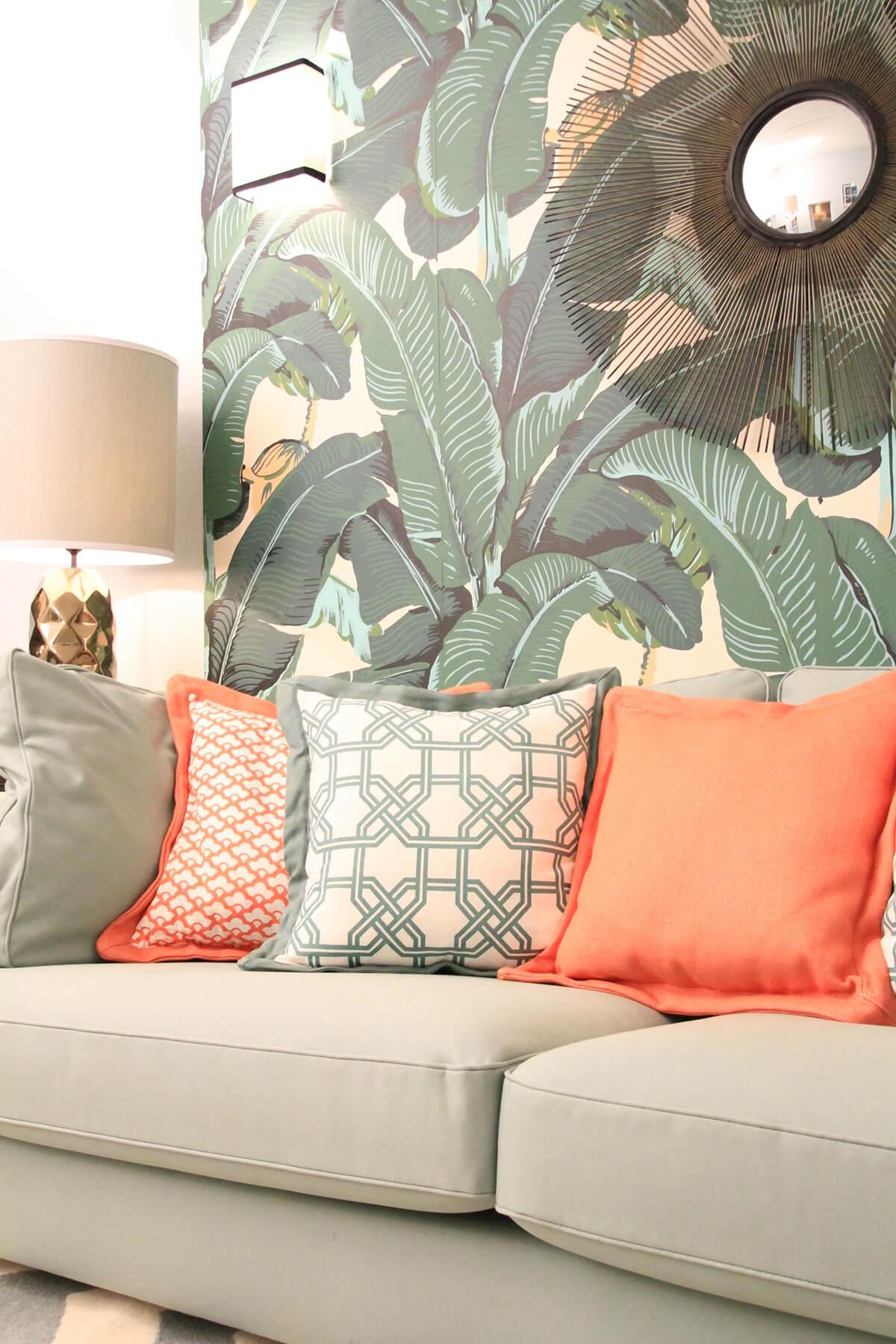 Papier peint feuille de bananier et canapé confortable