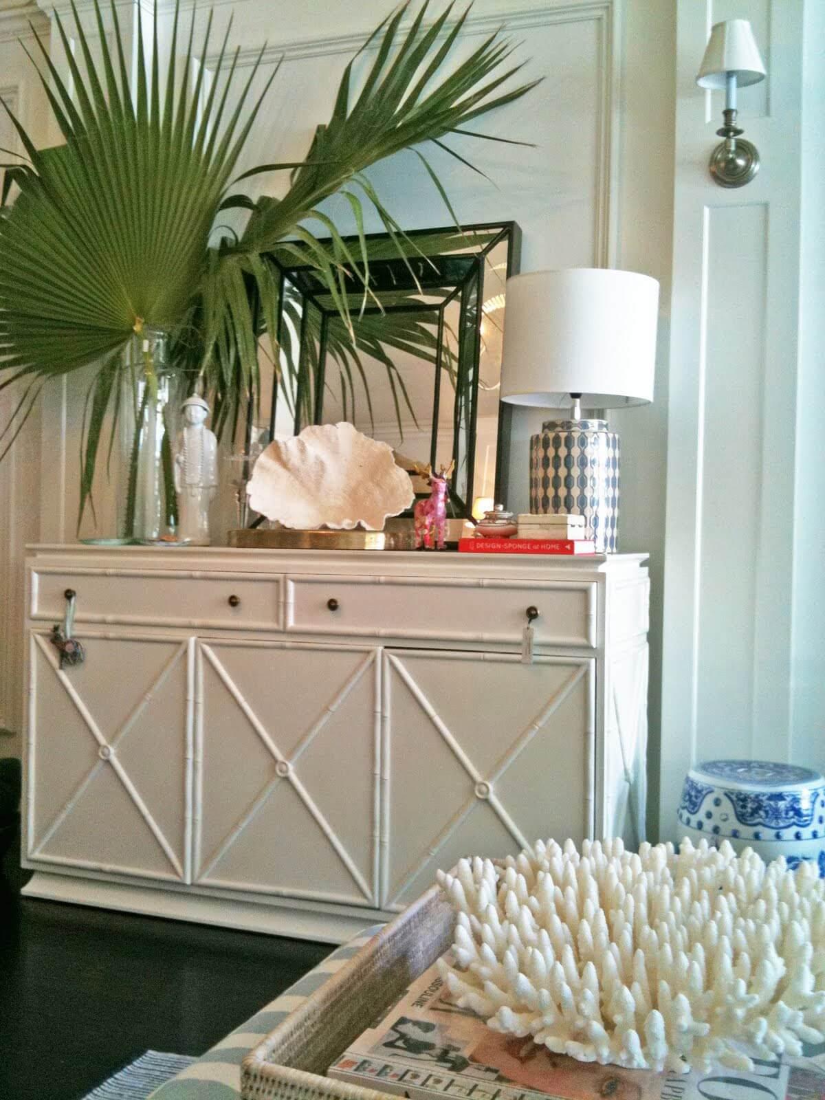 Papier peint rose, blanc et turquoise avec palmier