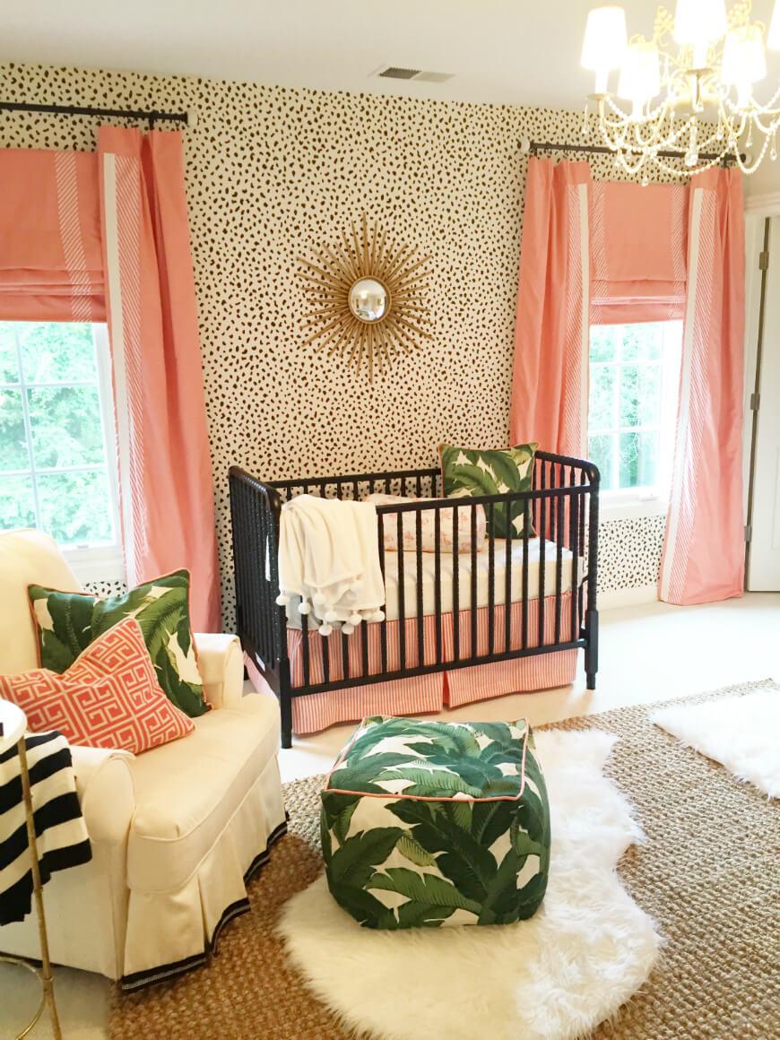 Chambre de bébé avec des imprimés d'animaux et des feuilles