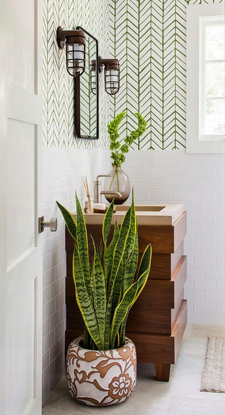 Salle de bain élégante avec papier peint graphique et plantes