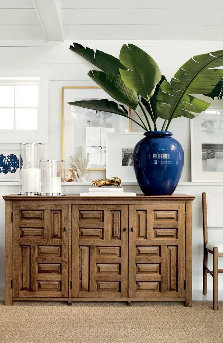 Vase dramatiquement surdimensionné avec des feuilles de bananier